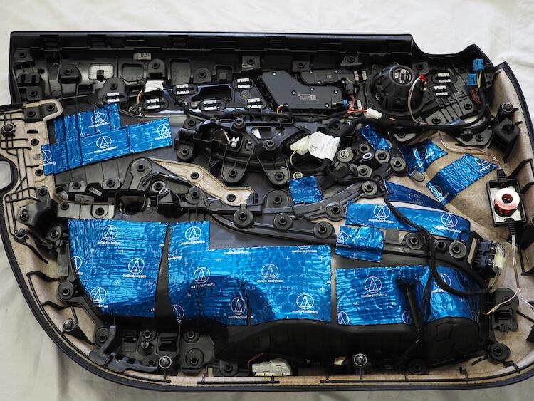 メルセデスC200のドア内張をデッドニング