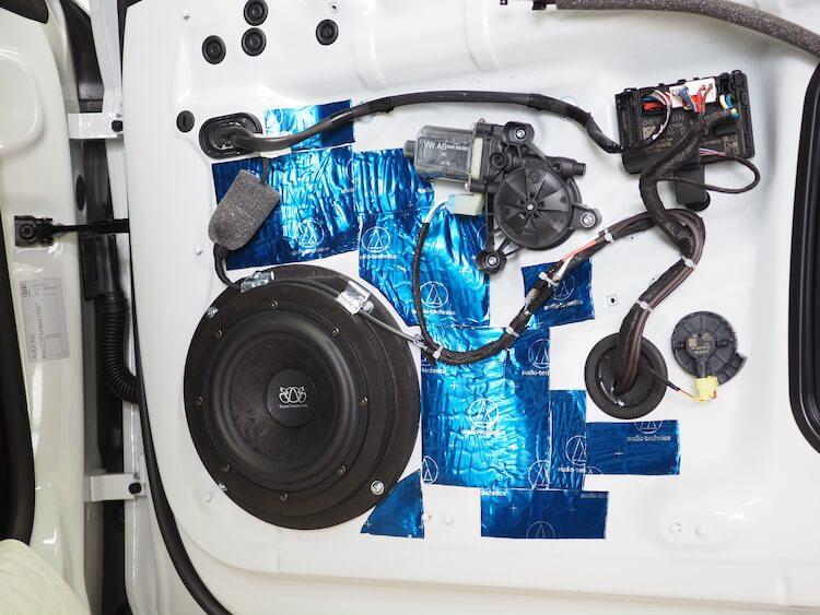 アウディA5のドアにサウンドサスペンションのスピーカーを取り付け