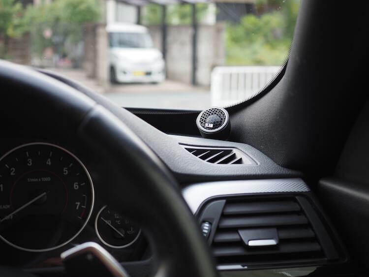 BMW3シリーズグランツーリスモのダッシュボード上にブラムのツィーターを取り付け