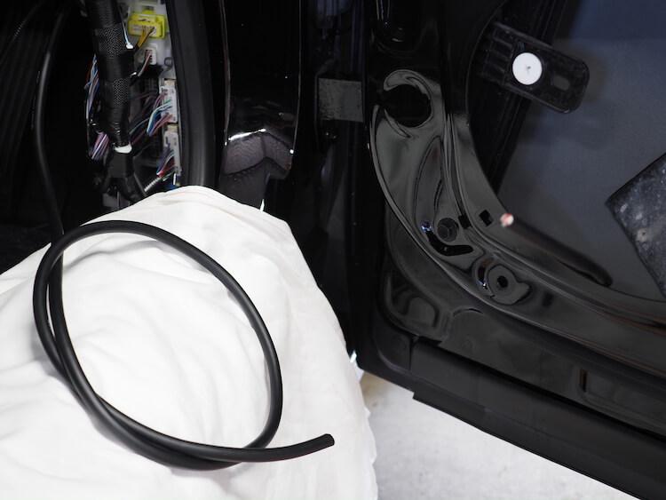 レクサスLS500hのフロントドア内部にスピーカーケーブルを通線