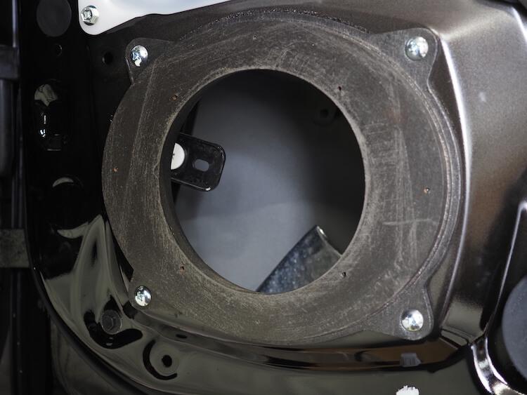 レクサスLS500hのフロントドアにインナーバッフルを取り付け