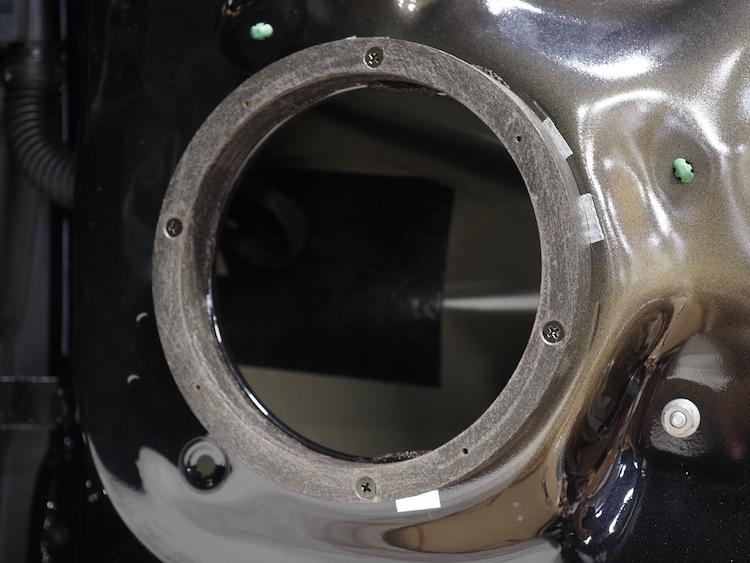 フォルクスワーゲンT-ROCのドアにインナーバッフルを取付
