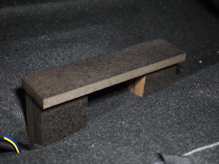 トヨタルーミーの運転席下にパワードサブウーファーを取り付けるための土台を取り付け