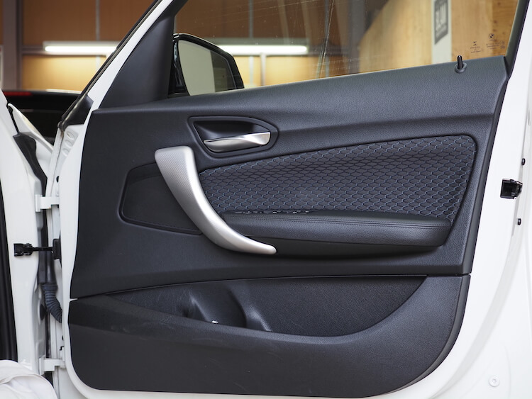 BMW118iのフロントドア内張