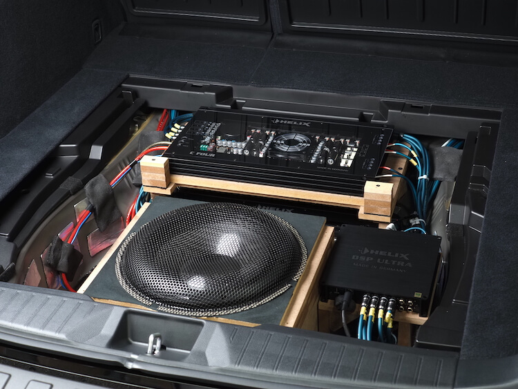 レガシィアウトバックのトランクを加工してアンプとサブウーファーを取り付け