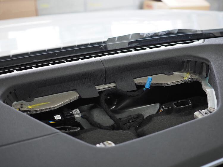 BMW M440iのセンタースピーカー取り外し