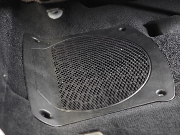 BMW M440iのシート下にブラムのウーファーを取り付け