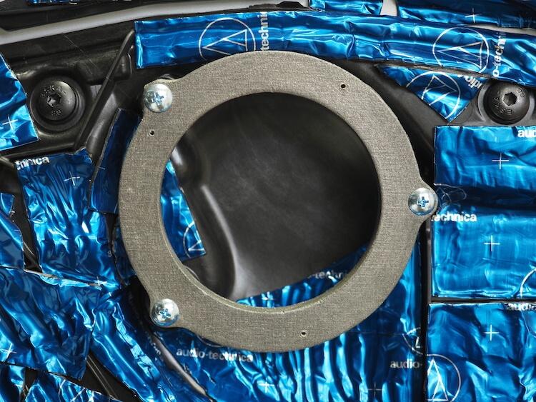 BMWM440iのドアにインナーバッフルを取り付け