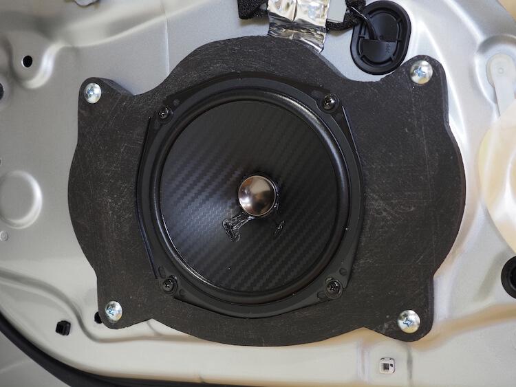 レクサスLS600hのフロントドアにカロッツェリアのスピーカーを取り付け